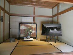 次の訪問先はどっぺり坂の上にある「砂丘館」。旧日本銀行新潟支店長役の居宅として昭和8年に作られた建築物です。 玄関口の畳の間には、館内で行われていた写真展の作品の1つが置かれていました。