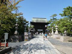 車で移動して新潟の総鎮守、白山神社へ。 鳥居の立ち並ぶ参拝路の先にある立派な面構えの随神門を眺めた所。