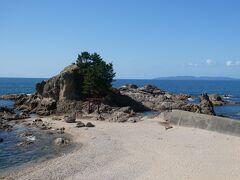 新潟県のほぼ最北端の絶景海岸「笹川流れ」にとうちゃこ。快晴に恵まれて、沖の粟島もくっきりと見えています。