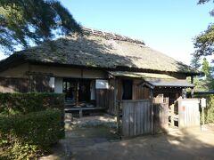 若林家住宅の隣にある歴史文化館を見学してから、歩いて5分くらいの所にあるまいづる公園へ。 この公園にも武家屋敷が復原・保存されていますが、そのうち1軒は令和天皇皇后の雅子さま(小和田家)ゆかりの嵩岡家の旧宅です。