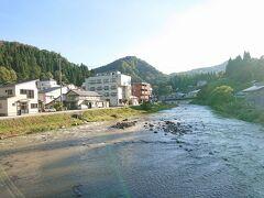 温泉街脇を雄大に流れる銅山川。