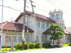 <碧南市・錦町一丁目> 旧大浜警察署 1924(大正13)年竣工 設計:大中肇(説) 鉄筋コンクリート造2階建、塔屋は3階建 左下にバロメートルが立っています