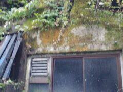 商店と 泊まってる旅館の大友屋の間を抜けると 建物裏の崖に 窓が付いてます ここが洞窟風呂の 外側でした  松屋さんの洞窟風呂は 隣の旅館の裏を抜けて 更に奥に あったんですね 夫よ 長年の謎が解けてよかったね