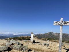 9時41分、双六岳(2860m)着。  写真を二、三枚撮ったらそのまま通過。