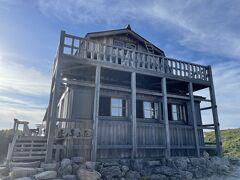 """15時46分、雲ノ平山荘に到着です。  雲ノ平山荘は1963年に現オーナーの父親であり、""""黒部の主""""と呼ばれた伊藤正一さんによって完成させられました。 伊藤さんは戦後間もなく当時は猟師小屋であった三俣山荘を買い取り、1961年本格的な山小屋として建て直しました。ちなみにその資材を運ぶために切り拓いたのが伊藤新道です。既存のルートではいくら屈強な歩荷でも重い資材を担いでたどり着くのが困難なほどの山奥だったということですね。 1946年には漁師小屋だった水晶小屋の経営権も購入し、台風による度重なる全壊にもめげず山小屋として再建も行っています。 著書『黒部の山賊』は黒部源流域を訪れる人なら必読の名著かと。未読の方はぜひ!"""