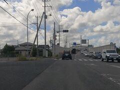 遠目に橋が見えてきた。ここが、CM撮影で一躍有名になった江島大橋  https://www.kankou-shimane.com/destination/20267 このような光景を想像していたのでかなり拍子抜けしてしまったが、どうやらこれは、反対側の江島側から撮影したものらしいので、もし可能だったら、反対側から撮影してみることにした