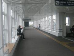 沼ノ端駅の高架通路の様子。  そういやこの通路上のベンチでSTBしたこともあったな…(;´Д`)。