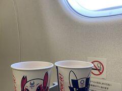 久しぶりの飛行機。 東京オリンピックマスコットのミライ、トワの紙コップ。オリンピックがすごく前のことのよう。