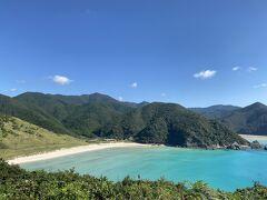 沖縄の海のような色。こちらのビーチは何人か先客がいました。 ガイドブックでよく見る展望台からの写真です。