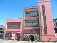 <碧南市・音羽町一丁目> 創業百余年のうなぎ屋さん、十一八(じゅういちや)。 ピンク系タイル貼りのビルが斬新です。
