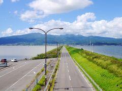 先ほどまでいた白木峰高原がある多良岳方面の景色!(諫早市)  道路を挟んで右が有明海  左が諫早湾  思っていたより交通量が多くて需要があるんですね~