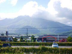 島原半島ジオパークの関連施設にも認定された「道の駅みずなし本陣」  1991年6月に200年ぶりの普賢岳の噴火で新たに出現した「平成新山」  目の前にドーン!の予定だったのですが、大きな雲に覆われて、そう簡単に姿を見せないそうです(笑)