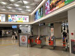 ターミナルまではバスで移動、今は小型機の乗り降りはバス移動なのかな??  地下鉄に乗ります。