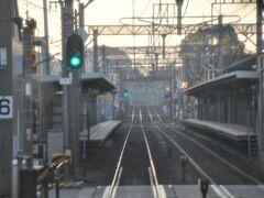2010年3月に開業した紫駅を通過します。