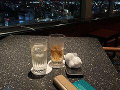 酔っぱらって、歩いてホテルへ。 IHG Platinumのwelcome drinkチケットが余ったので、最上階のバーで1杯。