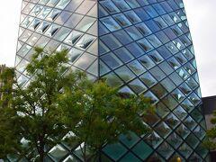 まずは表参道と逆方向へ足を運んでみる。 湾曲したガラスで外壁が構成された凄いビルは2003年オープンのスイスの建築ユニット、ヘルツォーク&ド・ムーロンによる設計の『PRADA青山店』 https://www.prada.com/jp/ja/store-locator/store.tokyo_aoyama.715838526.html
