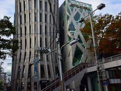 2つのアートなビルが・・・ 左は『ヒューゴボス 表参道店』https://www.greenseed.jp/blog/bossstore-429.html と右は『ボッテガ・ヴェネタ』https://www.bottegaveneta.com/ja-jp