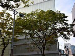 『ディオール』https://www.dior.com/ja_jp ですね。 2003年12月オープンで、妹島和世氏と西沢立衛氏によるSANAA設計。 外観ガラス張りに見えますが、ガラスとアクリルによる二重構成で、光がそれぞれに反射して揺れるように見えるデザインとのこと。