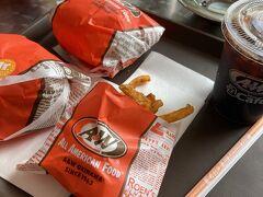 お腹空いたのでハンバーガー。 A &Wのカーリーポテト、大好き。