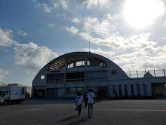 南大東空港はつい最近行った喜界空港よりは大きいです。 喜界島ー奄美もなかなかの短距離でしたが、北大東ー南大東と同じぐらいかな。