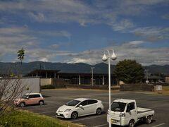 次は多良木駅近くの多良木町武道館に停車します。  駐車場にお迎えの車が数台停まっていました。