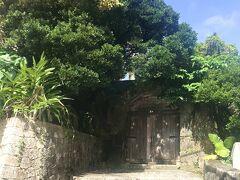 上天妃宮門跡。  沖縄には、14世紀の終わりごろに「航海を守る天妃」を祀る信仰が伝わり、那覇に上天妃宮・下天妃宮の2つの宮があったそうです。 現在は上天妃宮の石門だけが残っています。