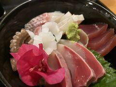 ナイトシュノーケル前に腹ごしらえ。海鮮丼!具が分厚くて美味しい。鳥刺しも入っていました。