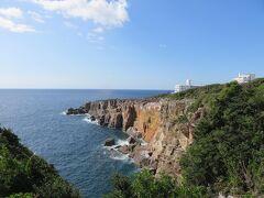 三段壁・・・千畳敷の南側に立つ高さ50mの大岩壁  南北2kmにわたり広大な岩畳が広がります  遊歩道もあり、ごつごつした岩肌歩くのも面白く、青い海と空に打ち寄せる波に自然の美しさ感じます  断崖の上に設置されている展望台からは雄大な海が一望  自然が作り出すダイナミックな風景に深呼吸  清々しい気分になれました