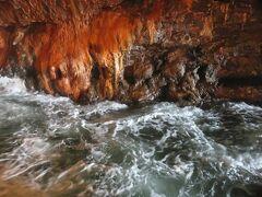 三段壁洞窟・・・熊野水軍の船隠しの場所と伝わる地下36mにある洞窟  エレベーターで24秒で到着  波がすぐそばまで打ち寄せ、岩に空いた穴から海水が吹き出す光景が見られることもあります  地下ならでは秘境感あり、雫がぽたぽた天井から流れ出てたり、牟婁大辯才天様が祀られていたりして、神秘的な雰囲気  ここでしか感じられない空気感が、歩くたびに感じられて、ワクワクした気分になりました