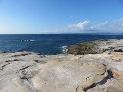 千畳敷・・・その名の通り、広い岩畳を思わせる大岩盤  荒波に浸食された雄大な自然感じることができます  岩盤に降りて散策したり、波打ち際まで歩いたり  思い思いに幾重にも重なる岩畳アート楽しむことができます  大きな波が打ち寄せれば、大きな水しぶき上がることもあり  波打ち際の水たまりには魚やカニがいて、ちょっとした海の不思議見つけることができました