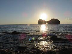 円月島・・・白浜のシンボル  中央部にぽっかり空いた海蝕洞が名前の由来  春分と秋分の時期には海蝕洞と夕日が重なった神秘的な光景見ることができます  島の背後に沈む夕日が美しい絶景スポット  今回晴れの良いお天気でしたが、太陽の明るさが強く、時間的な問題もあって、お日様に照らし出される円月島になってしまいました