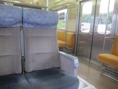 車内は海側がクロスシード、山側がロングシートの元東急の電車です