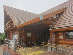 城ケ崎海岸駅に到着 木造のロッジ風の駅舎がす・て・き