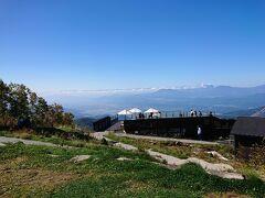 もう一度テラスの後ろの小山に登って見ます。 小山周辺は山野草ガーデンになってます。