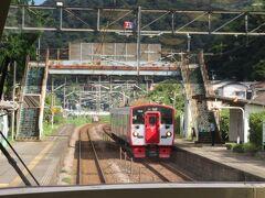 通過の東別府駅では上り普通電車の中山香行きとすれ違い。