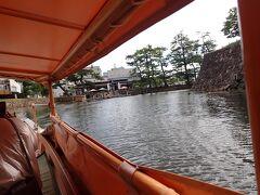 松江には武家屋敷や小泉八雲にゆかりの場所など 見どころがたくさんあります。 今回はその辺りは割愛して 「堀川めぐり」を楽しみます。  松江城のお堀を約50分かけて遊覧船で巡ります。 大手前広場に乗船場がありました。 3か所の乗船場乗り降り自由の1日乗船券が1500円です。  船頭さんのガイドを聞きながら進みます。