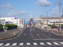 松江から少しドライブです。 中海を渡って・・ここ! CMで見てびっくりの橋です。 べた踏み坂・・「江島大橋」  最上部は高さ45mほどになり コンクリート製の桁橋としては日本最大級!