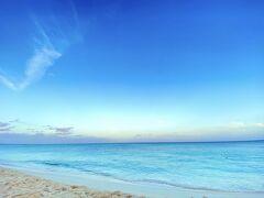 おはようございます。プリシアリゾートは島の西側にあるため、サンセットスポットではありますが、日の出とは逆側になります。とは言え、優しい朝の海の美しさは感動的でした。人のいない静かなビーチでのんびりしてから朝食会場へ。