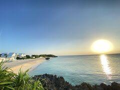 日中のあまりの晴天ぶりに、今日のサンセットは間違いなく美しい予感がして、神社から帰って着替えてすぐにビーチへ向かいました。朝と同じ場所から夕日を撮りました。朝も夕方も甲乙つけ難い美しさです。