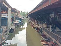 メインの水上マーケットの場所、ここがかつては小舟で賑わっていたところだ。 悲しいくらいに何も無い。置かれている小船が寂しい  道路の橋があるので撮影出来る