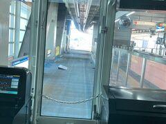 県庁前行きのモノレールに乗車。あれ?線路がない。1番後ろかな、と思ったら、