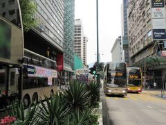 【2日目】  「ネイザンロード」 7:00 Wake up callで起床。朝の散歩に。 尖沙咀にある「インペリアル ホテル(帝國酒店)」は、ネイザンロードに面していて、この下に地下鉄MTRの尖沙咀駅があるので、どこに行くにもとても便利な立地。 狭い香港は、バスもトラムも2階建てが多いのが特徴的。早く乗ってみたい。
