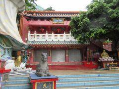 「天后廟 (淺水湾)」 『天后』は『媽祖』とも言われて、航海、漁業の守護神として信仰される神様で、それを祀るお宮であって、仏教の『寺院』とは異なるようです。  他にも縁起のよい神様がたくさん集まっていることから、香港のパワースポット。