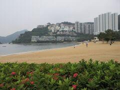 9:55~10:30 「レパルス ベイ (淺水湾)」 香港島の南端にあるリゾート地で、映画『慕情』の舞台にもなった、高級住宅街。 三日月形のビーチは、香港では他にこういう砂浜がないようで、一番美しいビーチ。向こうの山の上にジャッキー・チェンの家もある。