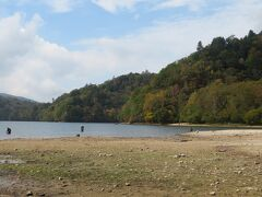遠浅の湖のようで 胴長を着た釣り人が腰までつかって釣りをしていました。