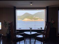 ロビーラウンジ  窓枠に切り取られた 絵画のような景色  真正面に弁天島、仙酔島が見えます