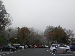 華厳の滝は大人\570、小学生\340です。 ただきりで見えないこともあるので 入り口のモニターで確認することができます。 白くぼやけながらもなんとか見えているので行ってきます。