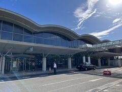 朝8時40分、JAL213便で南紀白浜空港に到着しました。 晴れてるし、暑いし、アロハ&短パンで良かったぁ~。