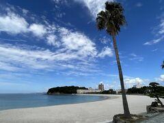 白良浜に到着しました。 多少雲があるけど、青い空、青い海、そして白い浜にウットリ…。