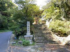 さらに歩くこと20分ほどのところ、メイン通りから少し離れたところにお寺があった
